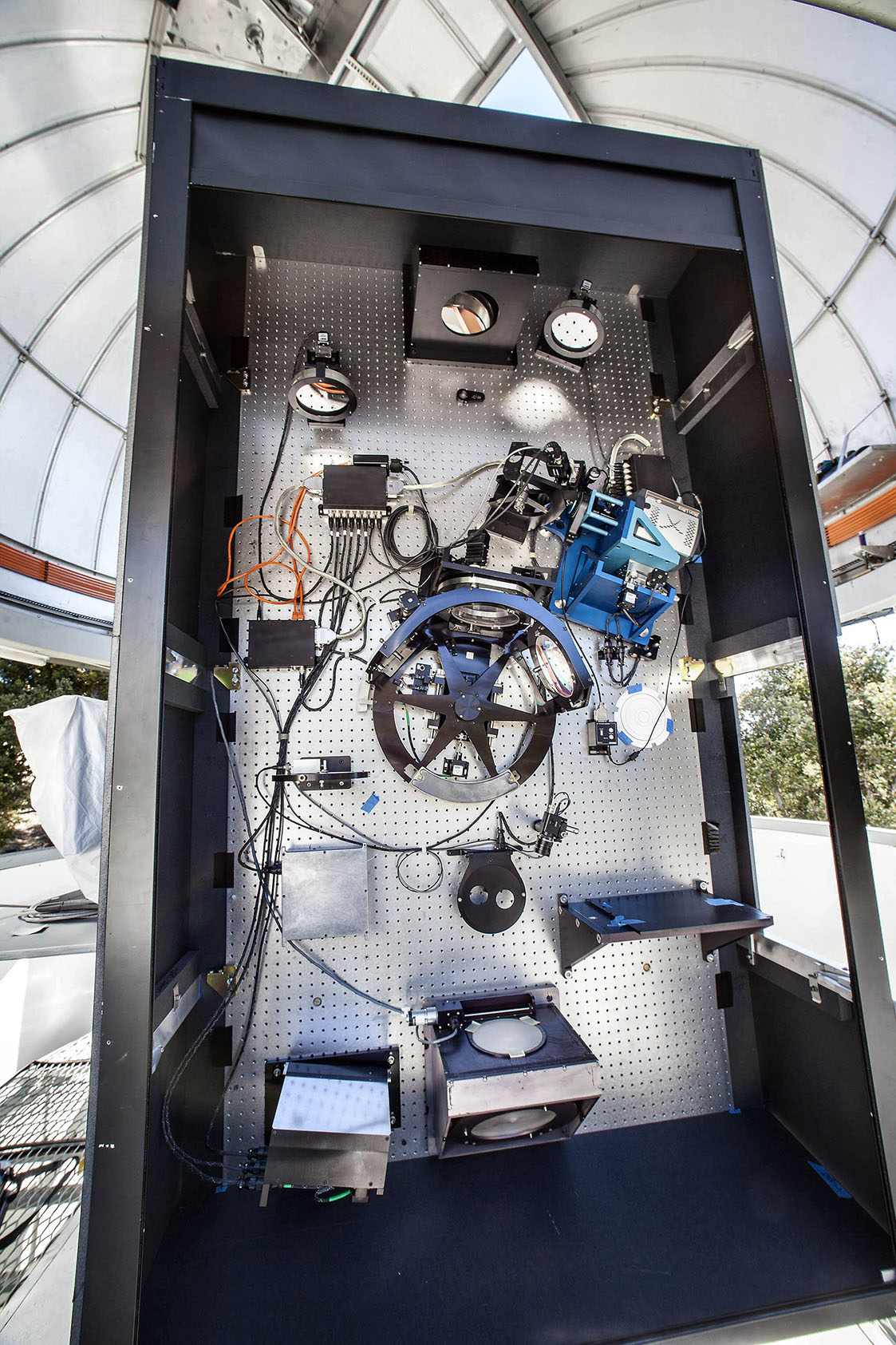 Installation of adaptive optics bench on the CHARA telescopes.
